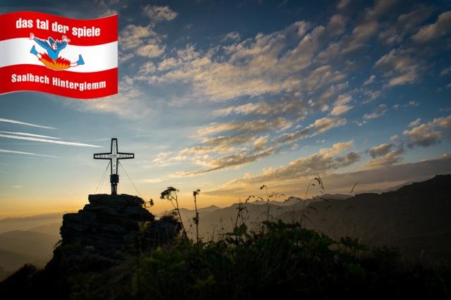 Großansicht - Gipfelkreuz vom 2095 Meter hohen Tristerkogel im Sonnenaufgang