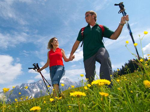 Großansicht - Wanderer bei einer Wandertour auf dem Salzburger Almenweg