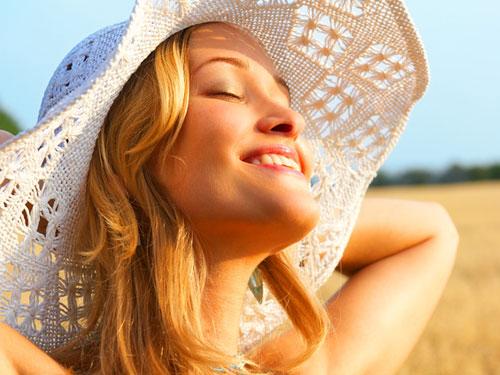 Großansicht - Frau mit Hut
