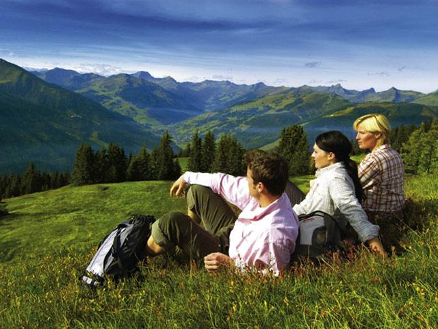 Großansicht - Familie, welche die Aussicht auf die Berge genießt