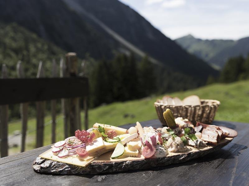 Großansicht - Wandern Alpleben Fluchtalpe Brotzeit Genuss Kulinarik @ Oliver Farys