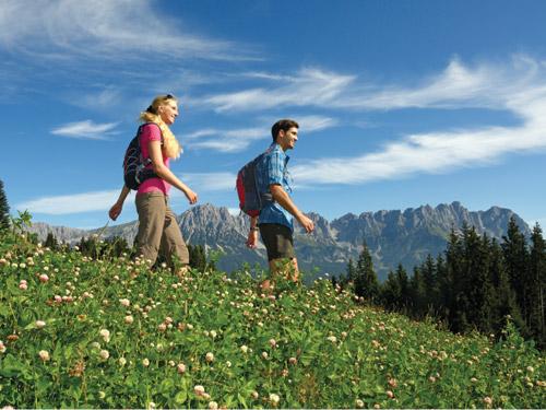 Großansicht - Wanderer auf eine Wandertour durch das Wanderparadies Wilder Kaiser © Tourismusverband Wilder Kaiser