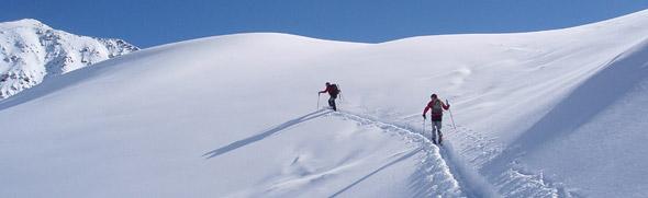 Großansicht - Winterwanderer bei einer Tour in den schneebedeckten Bergen