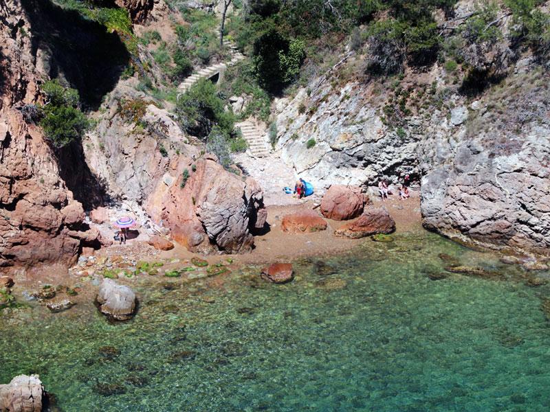 Luftaufnahme von Felswand am Meer