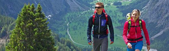 Pärchen wandert am Berg