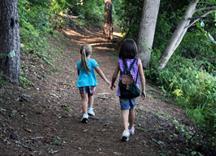 Kinder spazieren durch den Wald